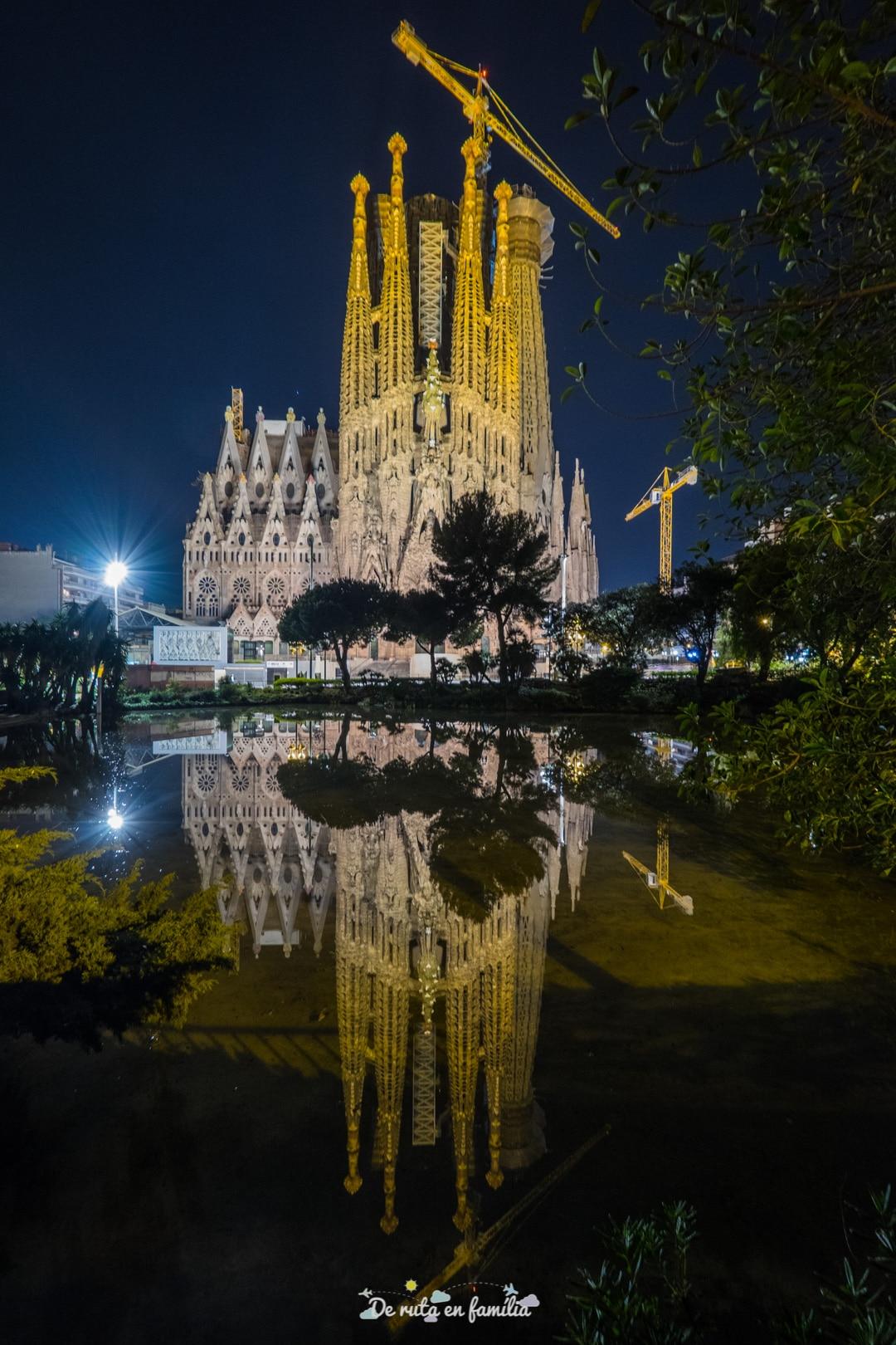 Sagrada família de Barcelona de nit