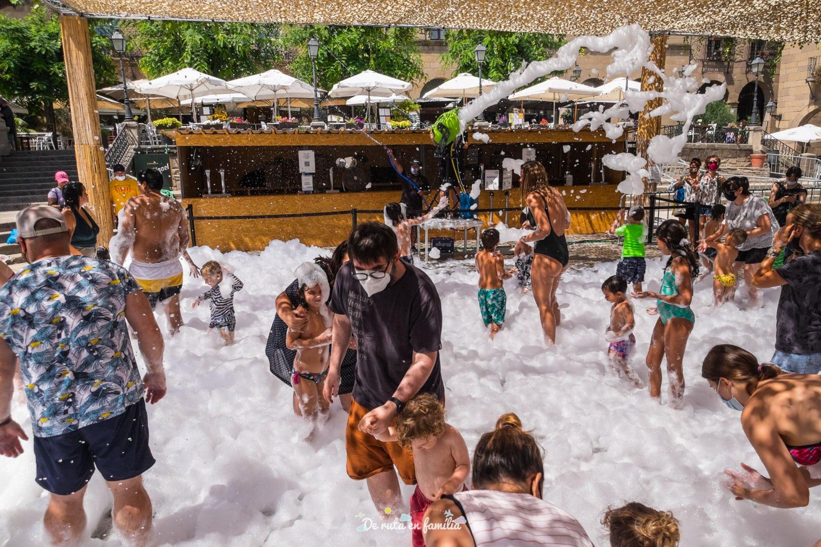 Splash. Festa de l'escuma al Poble Espanyol de Barcelona